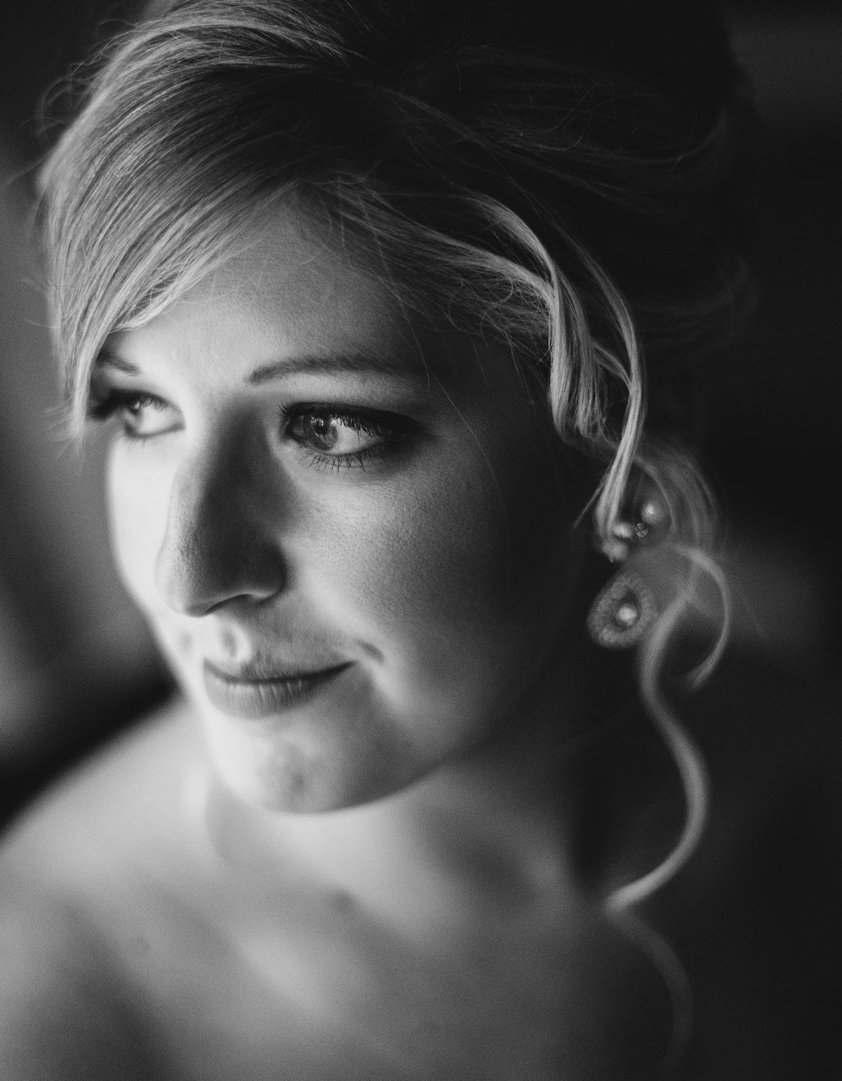 006b beautiful bridal portrait in window light