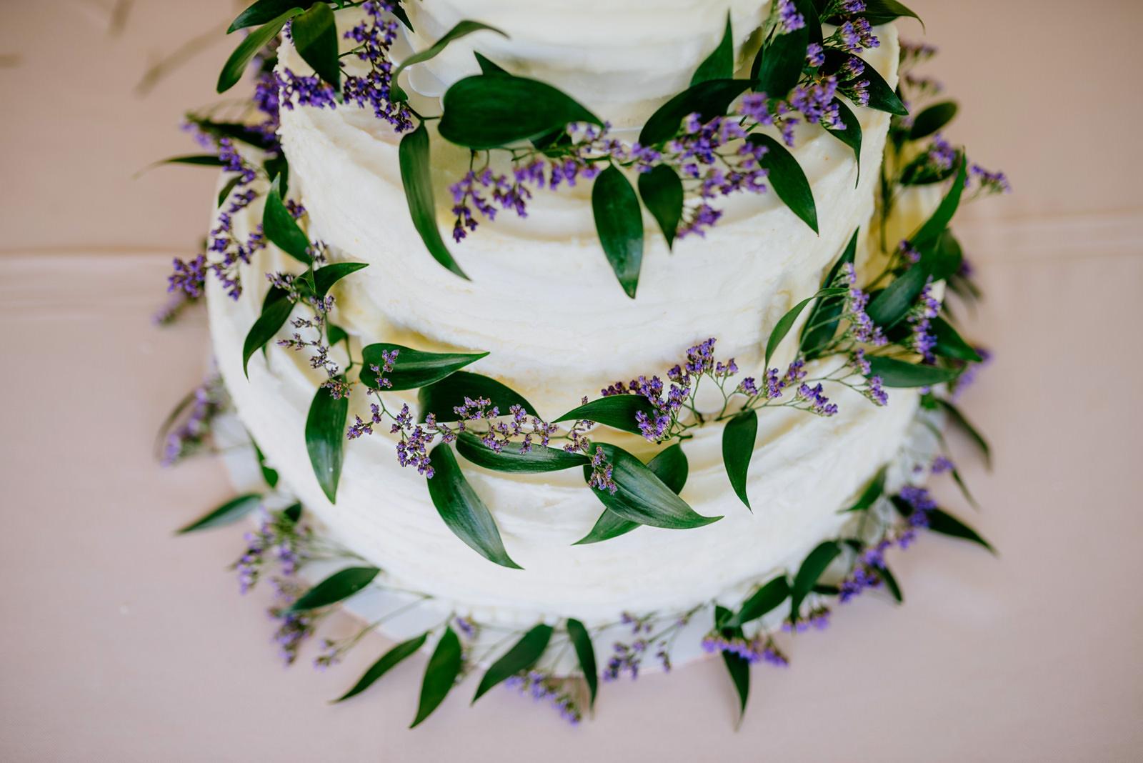 diy wedding cake floral details