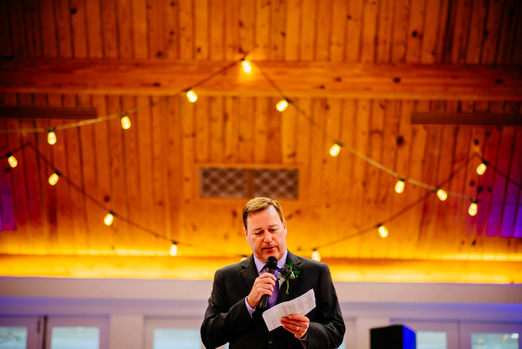 dad giving speech at wedding