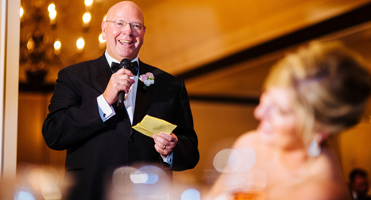 dad giving speech at wedding