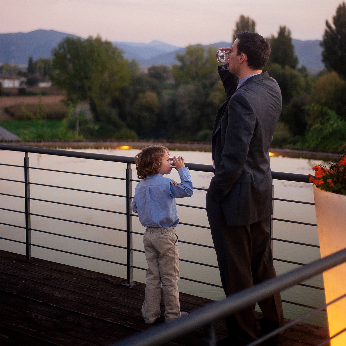 054b destination wedding photography rieti italy father and son synchronized drinking
