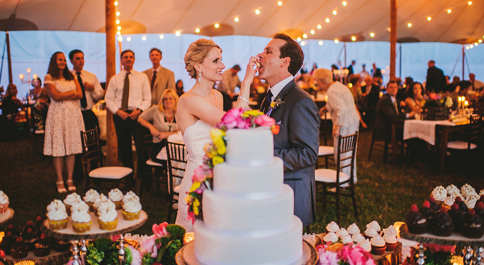 094 rustic outdoor wedding cake cutting